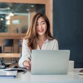 businesswoman-working-in-offce-on-laptop